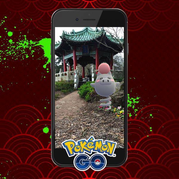 Evento Lunar Chino con Spoink de protagonista y de fondo marcas de pintura verde estilo graffiti aludiendo a la posible llegada de Smeargle a Pokémon Go